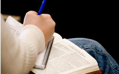 Une jeune femme trisomique a copié la Bible à la main en intégralité